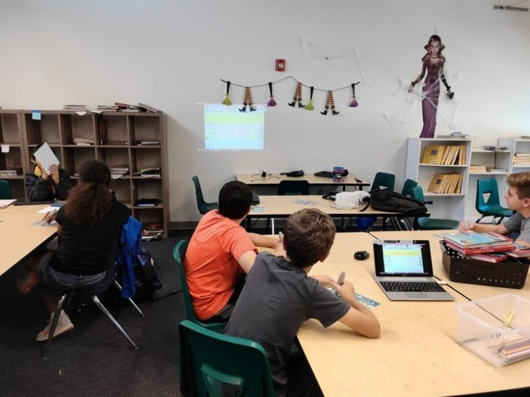 iWant Chine School uses EZCast Pro II